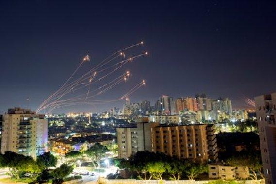 Del total de cohetes, 380 lanzamientos fueron fallidos y cayeron dentro del enclave costero palestino, y un millar fueron interceptados por el sistema antimisiles israelí, Cúpula de Hierro (REUTERS/Amir Cohen)