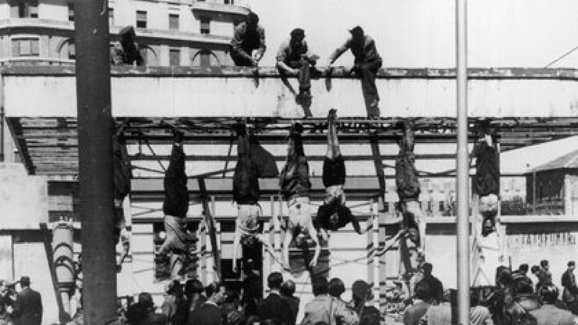 Antes de ser ejecutados, Mussolini y su amante intentaron una fuga ayudados por un enviado de Hitler. Pero los atraparon. Luego de fusilarlos, los cuerpos fueron colgados y exhibidos en una plaza de Milán (The Grosby Group)