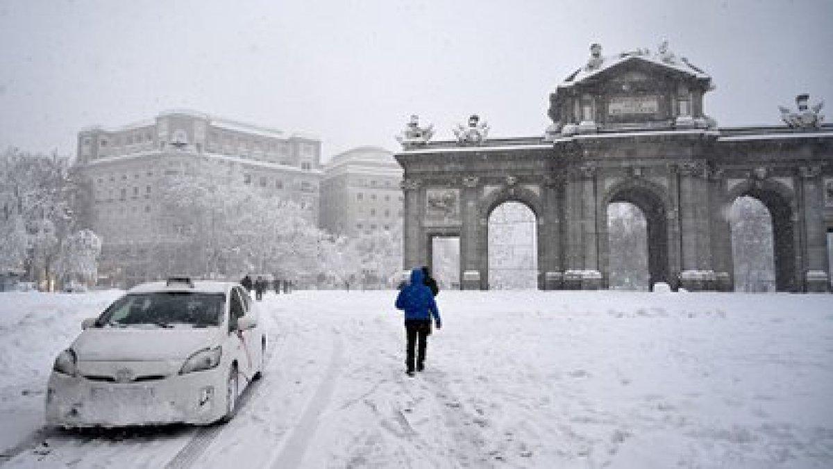 La Puerta de Alcalá cubierta de nieve ( GABRIEL BOUYS / AFP)