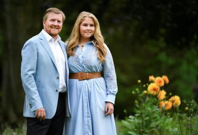 El rey Guillermo de Holanda con su hija mayor, Amalia (Reuters)