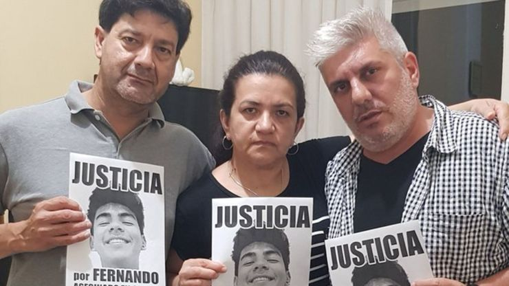 Silvino y Graciela, los padres de Fernando Báez Sosa, junto a Matías Bagnato, el único sobreviviente de la masacre de Flores (@Matibagnato)
