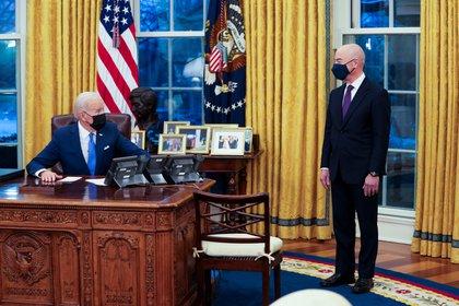 El presidente de Estados Unidos, Joe Biden, y el secretario de Seguridad Interior de EEUU, Alejandro Mayorkas (EFE/Doug Mills/Archivo)