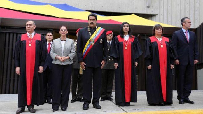 Nicolás Maduro y los jueces del TSJ (Reuters)