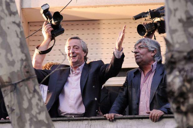"""En los primeros años de mandato, Néstor Kirchner otorgó aumentos salariales """"no remunerativos"""" por decreto. Hugo Moyano, uno de los titulares de la CGT, criticó la medida"""