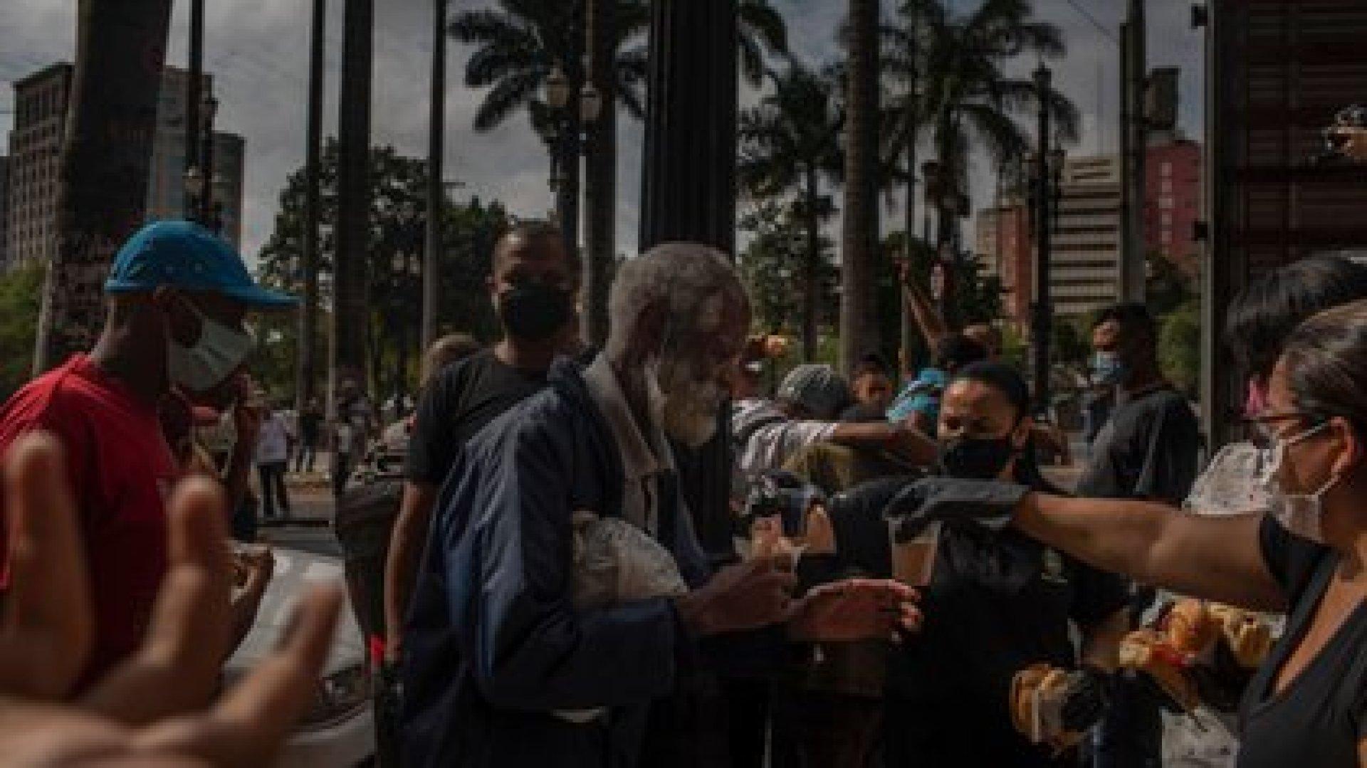 Los integrantes de una iglesia evangélica reparten desayunos. (Victor Moriyama / The New York Times)