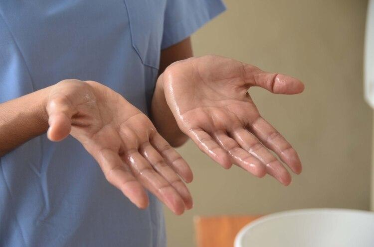 El barbijo solo no protege, pero en combinación con el lavado de manos y la distancia social podría ayudar a reducir la transmisión del coronavirus (Matias Arbotto)