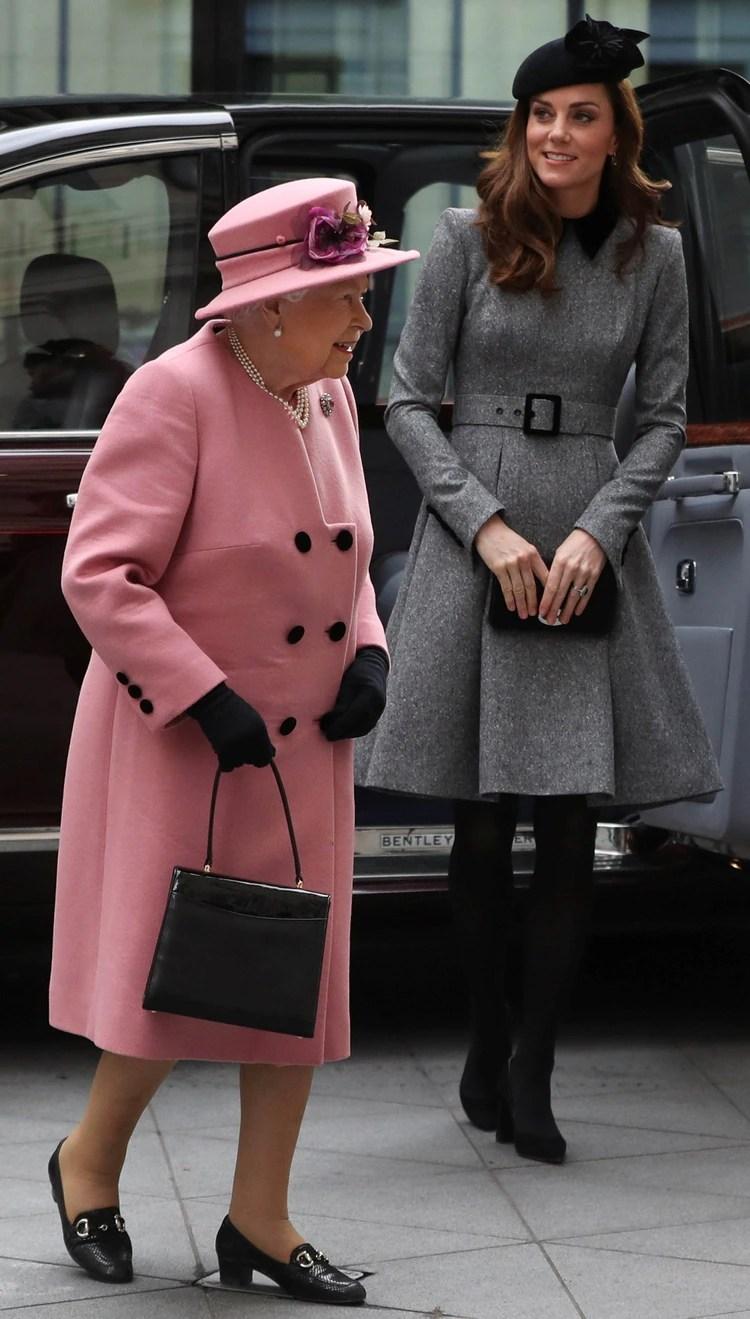 El mes pasado, la reina Isabel II y Kate Middleton hicieron su primera salida en solitario (Reuters)