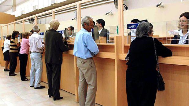 Se estima que el 70% de los Jubilados y Pensionados debe algún tipo de préstamo, y por ahora en febrero no tendrán un bono compensador como en diciembre y enero (Telam)