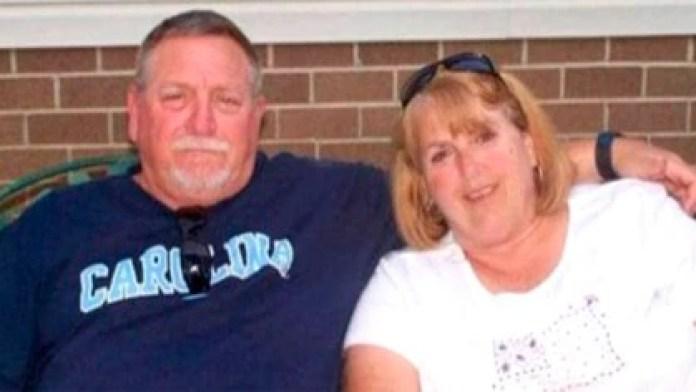 Johnny Lee Peoples tenía 67 años, mientras que su esposa, Cathy, tenía 65. Estuvieron luchando juntos durante 30 días contra el coronavirus (Familia Peoples)