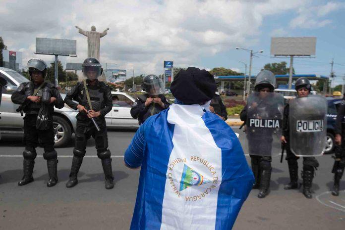 La policía ha perseguido, capturado y acusado por diversos delitos a quienes protestan con la bandera de Nicaragua. (Cortesía La Prensa/ Nicaragua)