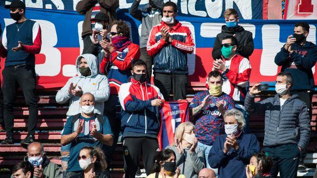 Muchas de las personas que se hicieron presentes se colocaron mal los tapabocas (Foto: AFP)