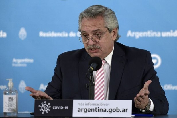 El presidente de Argentina, Alberto Fernández, hace gestos durante conferencia en Buenos Aires. Argentina. Foto de archivo Ago 12, 2020. Juan Mabromata/Pool via REUTERS