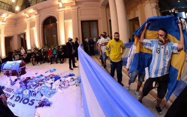 La gente despidió al legendario futbolista Diego Maradona durante su velorio en el palacio presidencial (Presidencia de Argentina/Reuters)