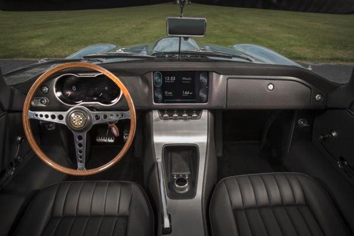 Además de cambios en la motorización y en los faros, el E-Type de cero emisiones presentó cambios enel panel de instrumentos