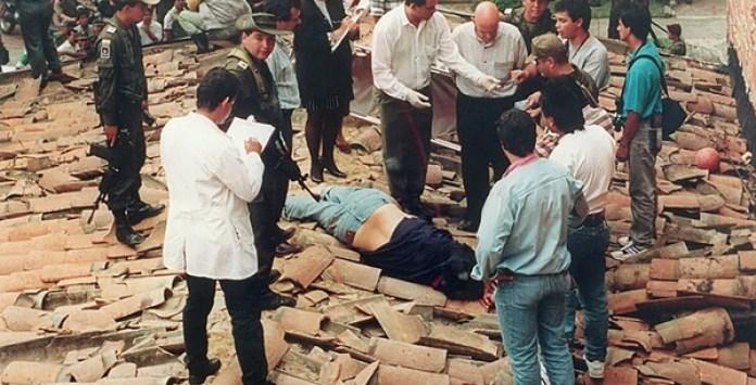 Cuerpo de Escobar dado de baja por las autoridades en diciembre de 1993.