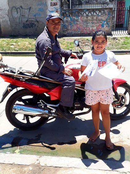 """Todos los días, Gustavo sale a cortar pasto en su moto y su hija sale a la calle para despedirlo y desearle """"suerte"""""""