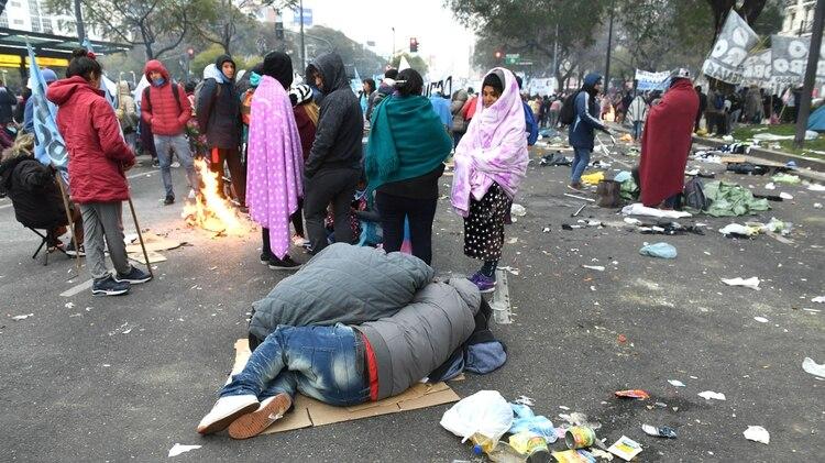 La gentedurmió con frazadas sobre cartones en la calle (foto: Maximiliano Luna)