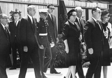 El besibolista Joe DiMaggio llega al fineral de Marilyn el 10 de agosto de 1962 (Getty Images)