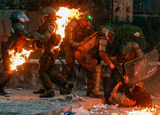 Varios carabineros resultaron heridos (AFP)