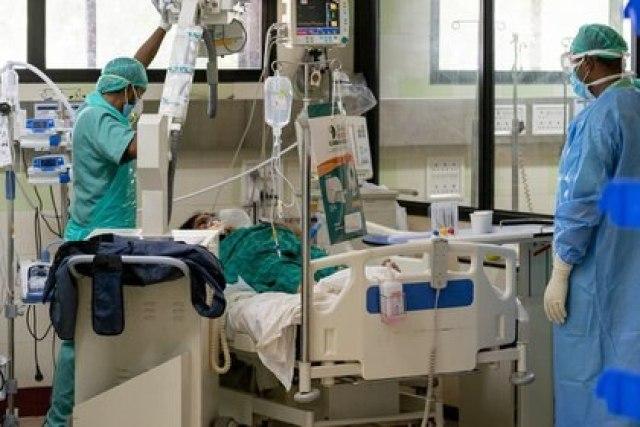 Médicos atienden a una paciente en la India.