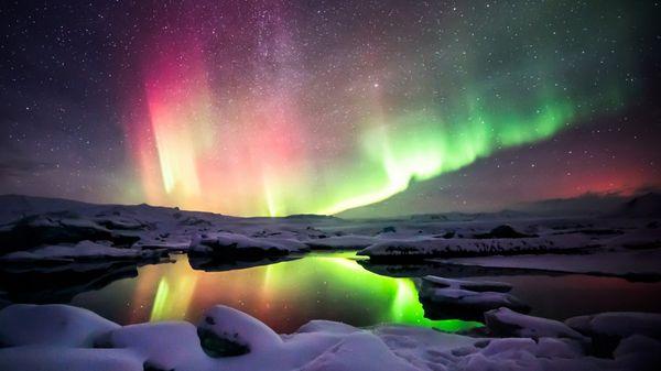 La aurora boreal es un fenómeno increíble que parece salido de un mundo fantástico (iStock)