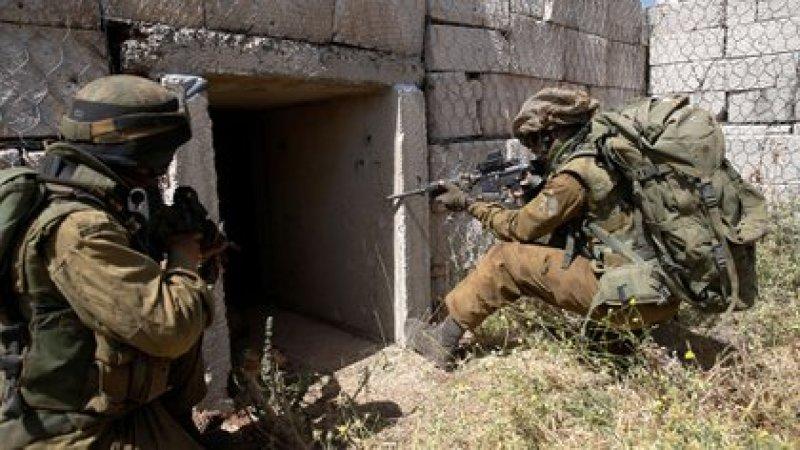 Soldados israelíes inspeccionan túneles (Reuters)