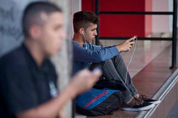 El orbiting es cuando una persona corta comunicación con otra en el mundo real, pero sigue presente a través del mundo digital (Foto: EFE/Sebastião Moreira/Archivo).
