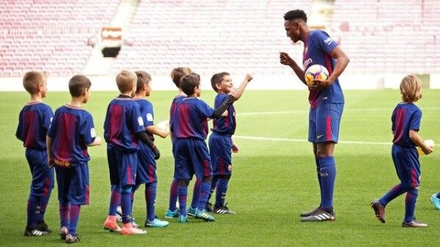 Yerry Minacon los niños de la academia del Barcelona durante su presentación(Reuters)