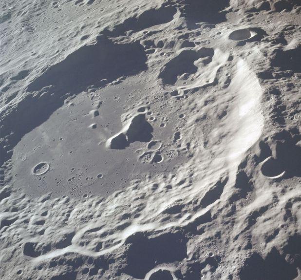 El cráter de la cuenca tiene aproximadamente 2.000 km de diámetro