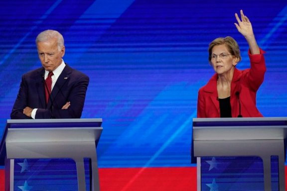 Joe Biden junto a Elizabeth Warren durante el debate. (AP Photo/David J. Phillip)