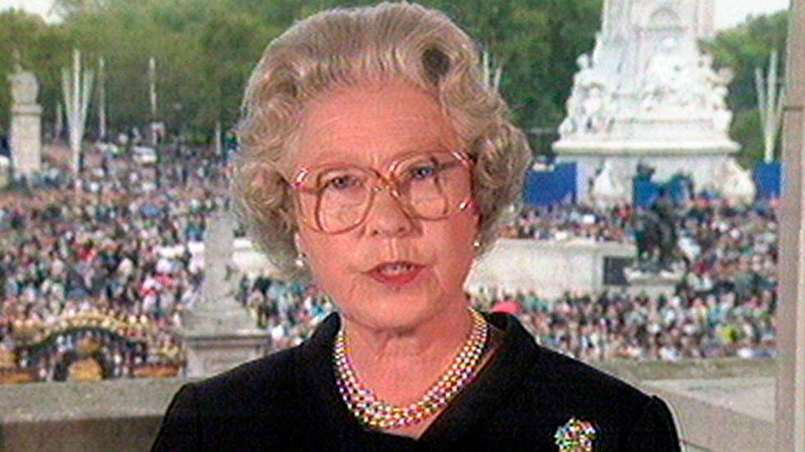 """Demoró cinco días, pero la reina Isabel II decidió finalmente realizar un discurso televisado tras las críticas por no haber hecho públicas muestras de luto tras la muerte de Diana. En su primer mensaje en vivo, definió a Lady Di a nivel personal como """"un ser humano excepcional"""""""