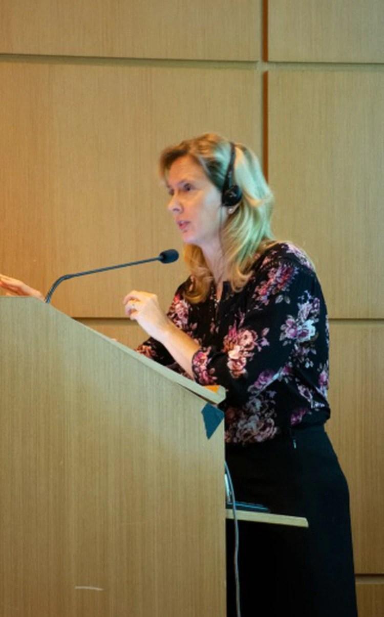 La doctora Laura Lovato, especialista en Alzheimer en la Escuela de Medicina de Wake Forest, en Carolina del Norte, habla durante su presentación en Fleni (Foto Fleni)
