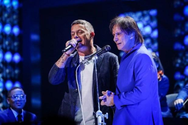 Alejandro Sanz y Roberto Carlos (@premiolonuestro – Cortesía de Univision)