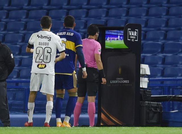El árbitro Andrés Rojas y el VAR fueron protagonistas excluyentes en la ida que se jugó en la Bombonera (REUTERS/Marcelo Endelli)