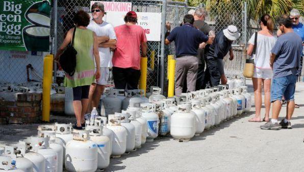 Residentes esperan para comprar gas en Boca Raton, Florida (Reuters)
