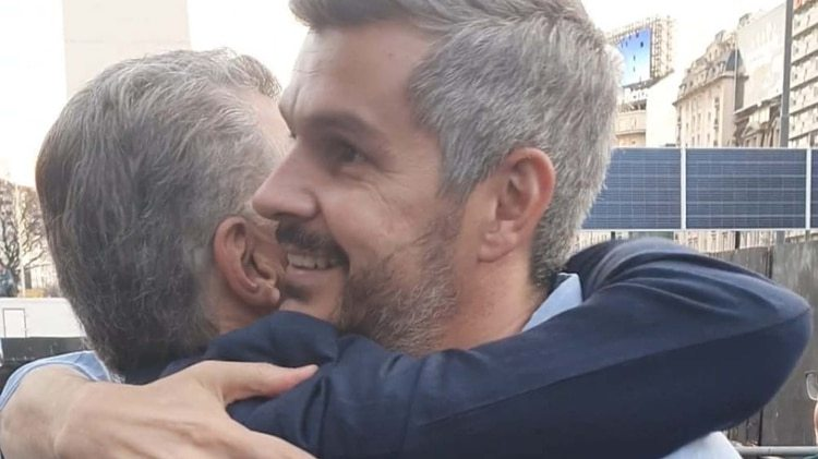Mauricio Macri y Marcos Peña se abrazan tras el acto en el Obelisco