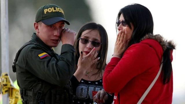 Un policía llora la muerte de compañeros en el lugar del atentado. (REUTERS/Luisa Gonzalez)