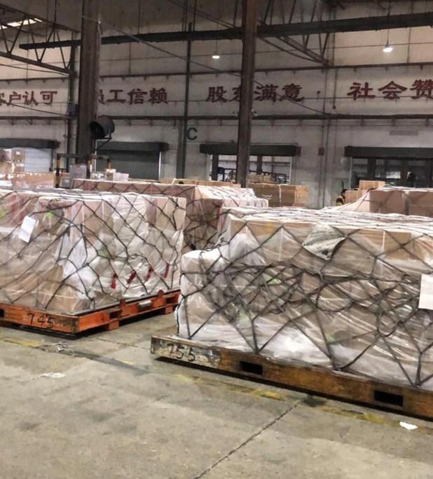 La operación de traslado de insumos duró cerca de 55 horas y llevó más de 6 en el aeropuerto de Shanghái para la carga de todos los materiales médicos en la aeronave