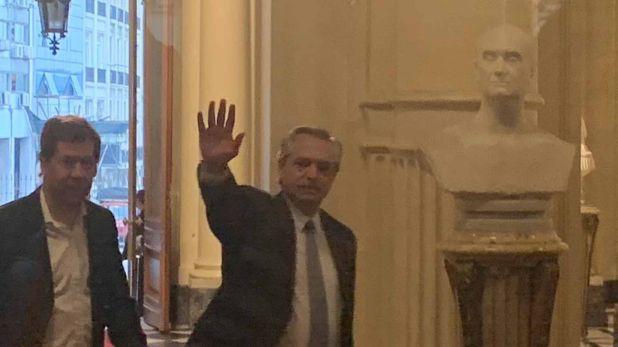 Alberto Fernández ingresando a la Casa Rosada el 28 de octubre. A su lado, Juan Pablo Biondi.