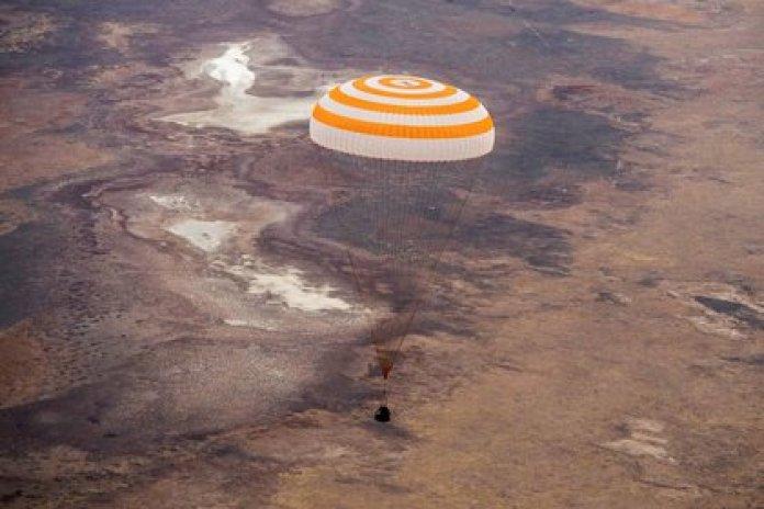 La nave Soyuz MS-16 aterrizó este jueves con los miembros de la tripulación de la Estación Espacial Internacional (ISS) Christopher Cassidy de la NASA, Anatoly Ivanishin e Ivan Vagner de la agencia espacial rusa Roscosmos (GCTC/Agencia espacial rusa Roscosmos/Handout vía REUTERS)