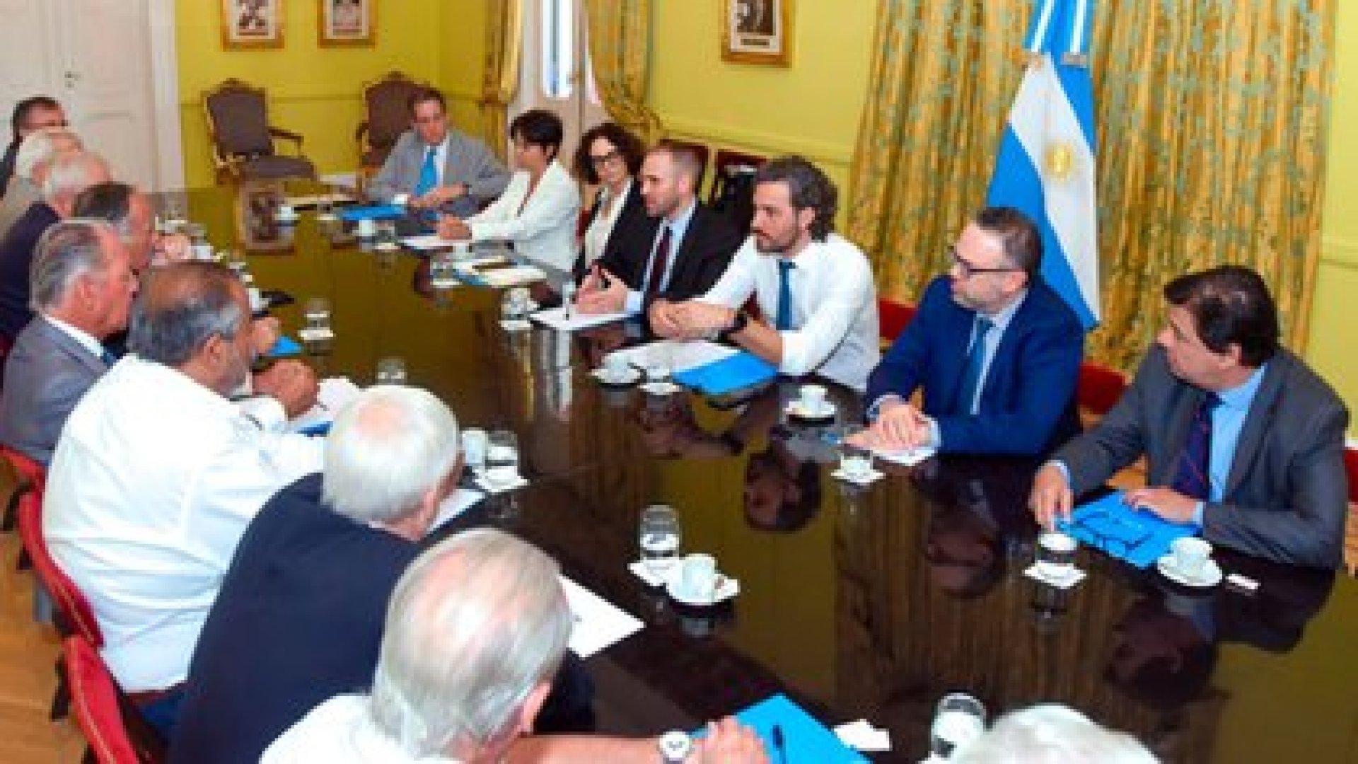 El gabinete socioeconómico, reunido con empresarios y sindicalistas para hablar sobre las negociaciones con el FMI
