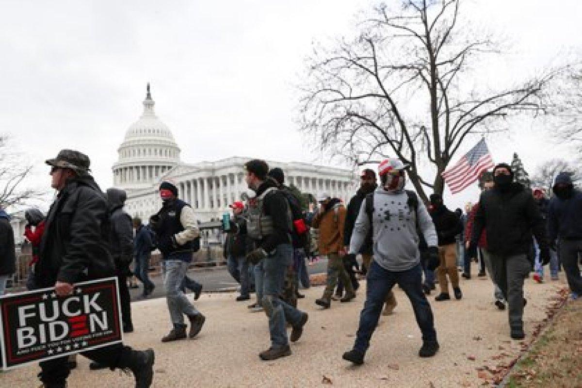 Miembros del grupo de extrema derecha Proud Boys marchando al edificio del Capitolio de los EEUU en Washington el 6 de enero de 2021. REUTERS/Leah Millis