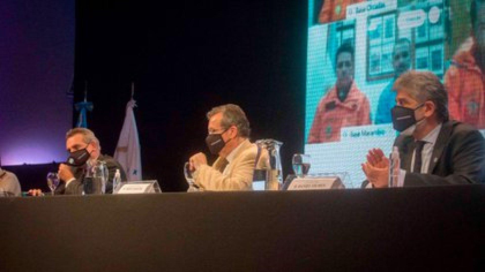 Tanto los funcionarios políticos como el Jefe del EMCO dialogaron con distintos jefes militares y científicos de las bases antárticas