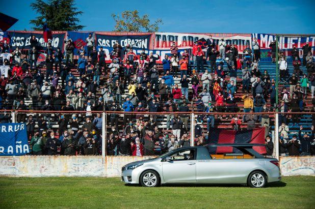 Una multitud en la tribuna del estadio Gabino Sosa de Rosario sin respetar las restricciones que rigen en el país para despedir a Carlovich (Foto: AFP)