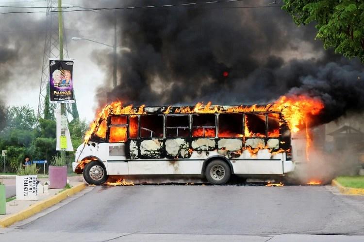 """Las células del cártel de Sinaloa, controlado por los hijos del Chapo y por Ismael """"el Mayo"""" Zambada, desataron una oleada de violencia con bloqueos en los accesos a la ciudad, autobuses de pasajeros, camiones de carga y automóviles incendiados. REUTERS/Jesus Bustamante"""