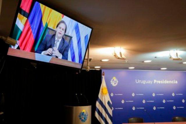 Fotografía de un televisor que muestra al presidente de Uruguay, Luis Lacalle Pou, durante su intervención en la LVII Reunión Ordinaria del Consejo del Mercado Común (CMC) hoy, en Montevideo (Uruguay). EFE/Raúl Martínez