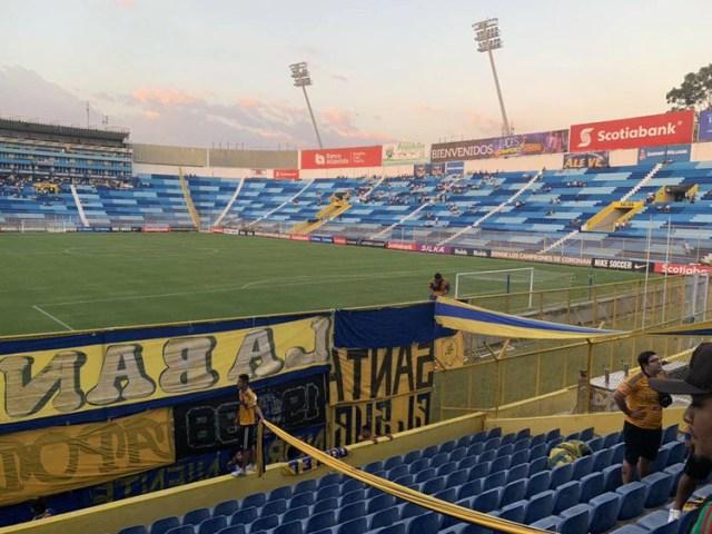 Afición de Tigres está en El Cuscatlán para apoyar a su equipo (Foto: Twitter @profrsantiago)