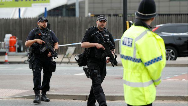 Policía y agentes antiterrorismo en las cercanías de la Manchestaer Arena (Reuters)
