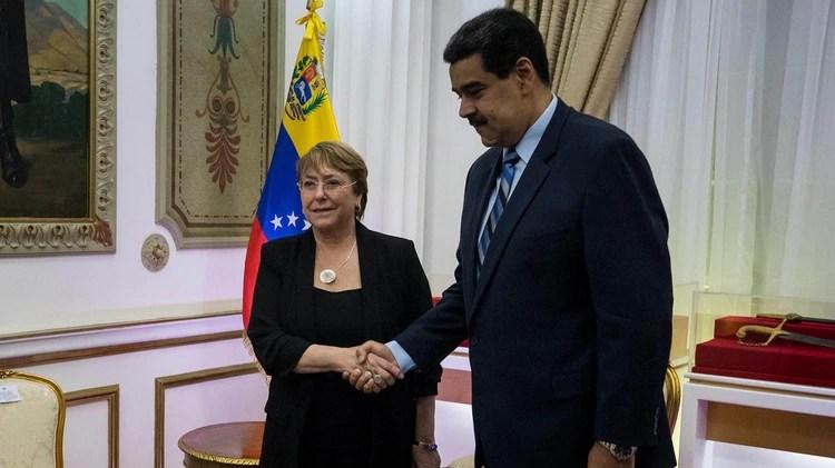 Michelle Bachelet, al ser recibida por Nicolás Maduro en su visita a Caracas a fines de junio (EFE)