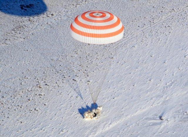 El aterrizaje de una cápsula Soyuz (AFP / POOL / Dmitry LOVETSKY)